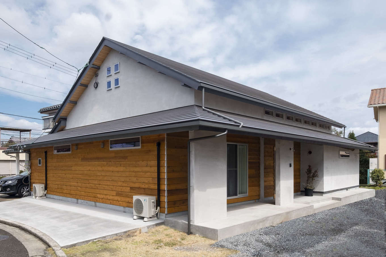 2階建てのように見える平屋のT邸。屋根は重い瓦から軽くて丈夫なガルバリウム鋼板に一新。外壁の一部にも無垢板を張り、あたたかい印象を周囲に与えている