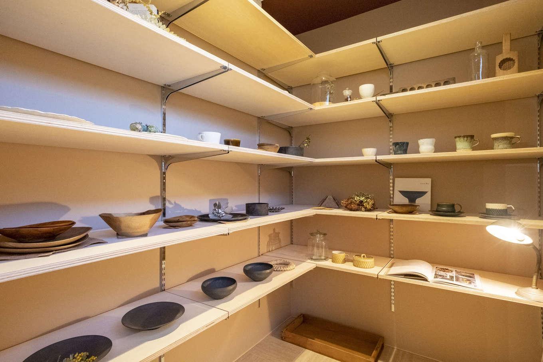 L字型に造作した可動棚式のパントリー。キッチンのすぐ後ろにあり、どこに何があるかが一目瞭然。奥さまの家事効率を高めてくれる