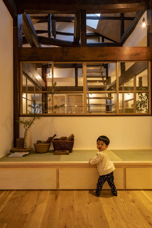 LDKに隣接する小上がりの畳コーナー。ゴロンと横になりたいときや、孫が遊びに来たときに遊ばせたり、昼寝させたりするときも便利。下部は収納スペース
