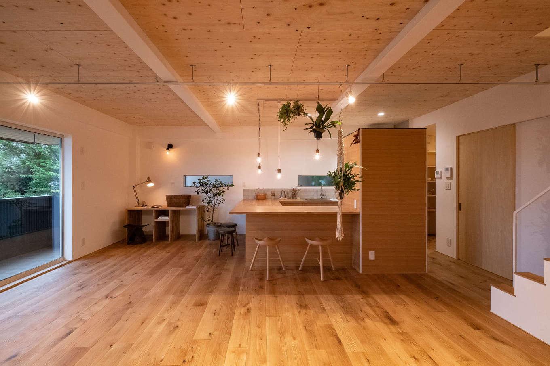 20畳の1階LDK。周囲に広がる素晴らしい景色を室内にとりこめるよう、大きめの窓を採用した。無垢の床、珪藻土といった自然素材をふんだんに使い、夏も冬も快適に過ごすことができる