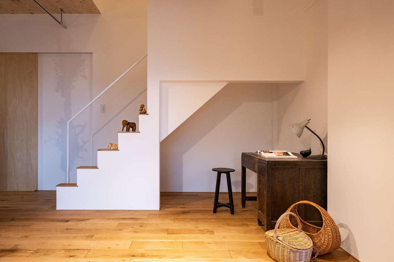 リビング階段下のデッドスペースを活かしてPCコーナーに。収納スペースも確保