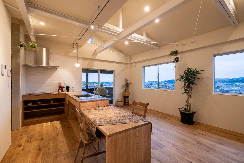 2階、親戚世帯のLDK。高台からの美しい眺望を楽しみながら快適に暮らせる。肌触りのいい床はヨーロピアンオークで、経年変化も楽しみ