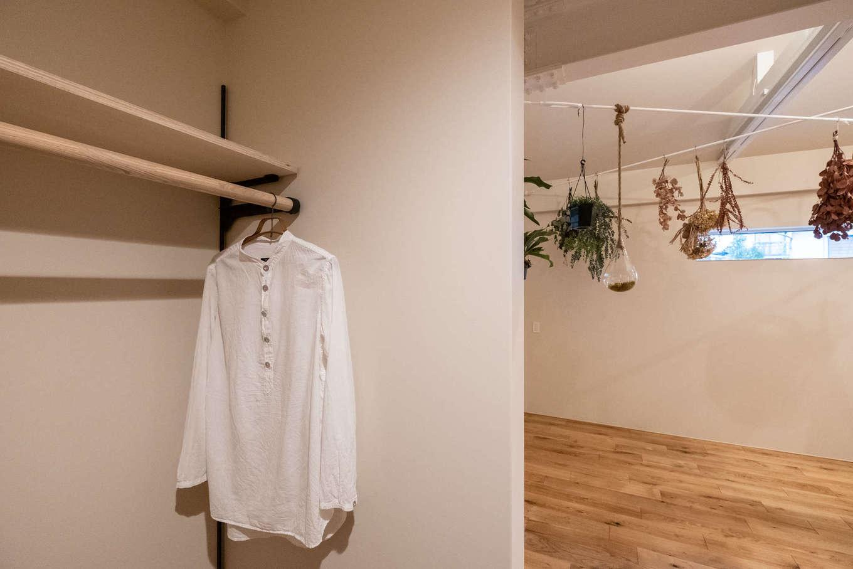 2階寝室は収納も充実。天井は既存の鉄骨を現しにして、白の塗装を施した