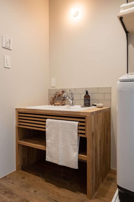 オリジナル造作の洗面台。木の質感、シンプルなデザイン、高さ、使い勝手と、すべてが計算されている