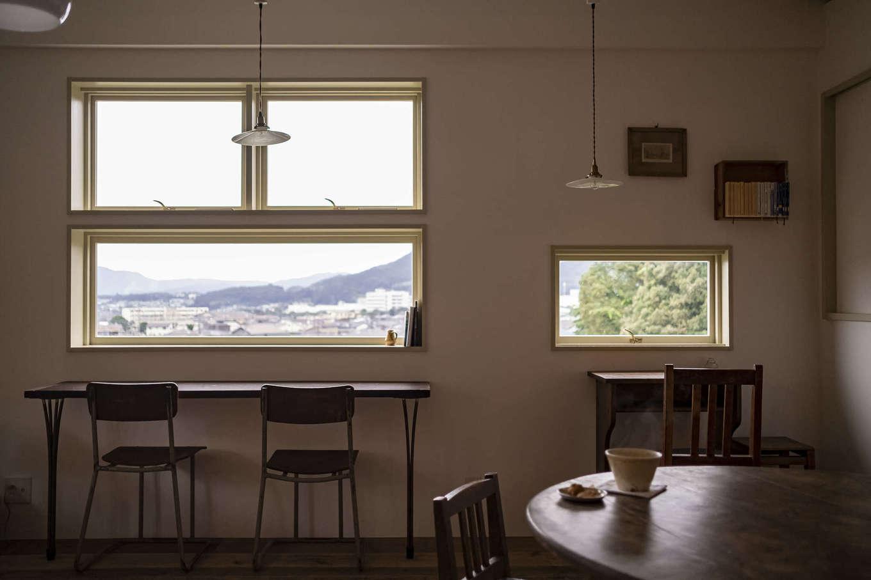 Hands Works(ハンズワークス)|高台からの景色を眺めながらティータイムを過ごせる窓辺の席。家具も空間にぴったり合うものをセレクトし、落ち着いた雰囲気に