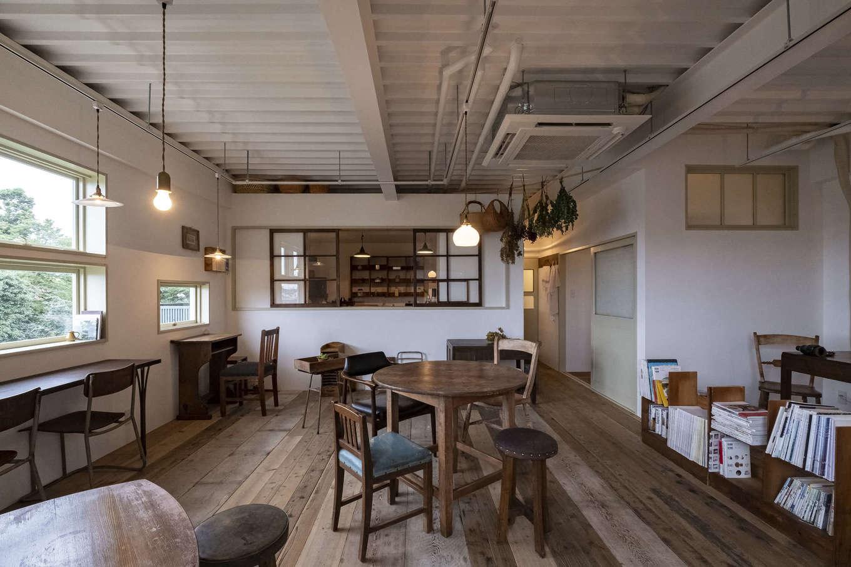 Hands Works(ハンズワークス)|11.3畳のカフェスペース。床は古民家の古材を再利用。天井は既存の鉄骨に白い塗装を施して現しに。アパートの一室だったとは信じられないほど、開放的でぬくもりあふれる空間に生まれ変わった