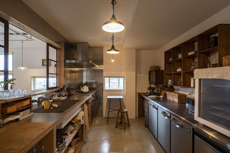 Hands Works(ハンズワークス)|ゆったりとスペースをとったオープンキッチン。調理場のライブ感が伝わるよう、カフェスペースとの間に大きく開く窓を設けた