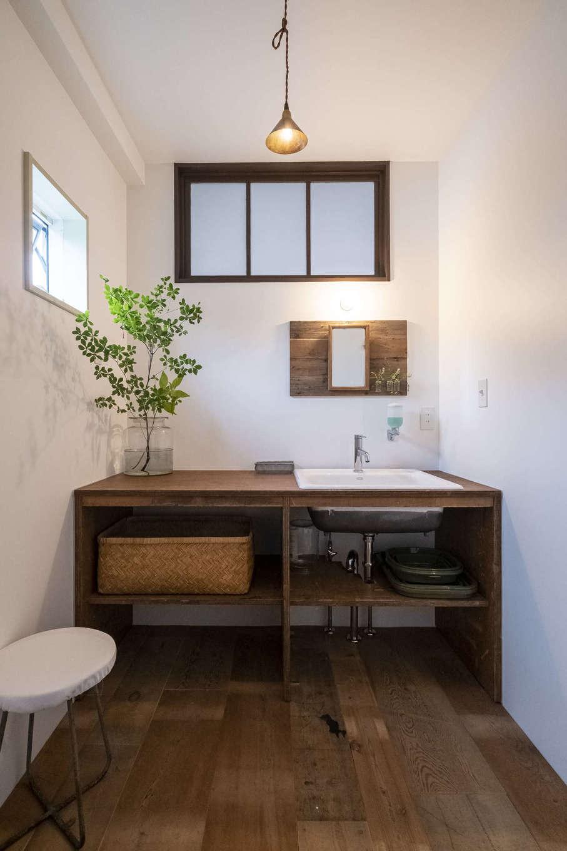 Hands Works(ハンズワークス)|洗面脱衣室だった部屋は洗面室にリノベ。洗面ボウルとおむつ台はオリジナル造作。施主さん支給の照明もすてき