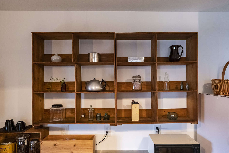 Hands Works(ハンズワークス)|キッチン背面の「見せる収納」。置きたいアイテムのサイズに合わせて造作した