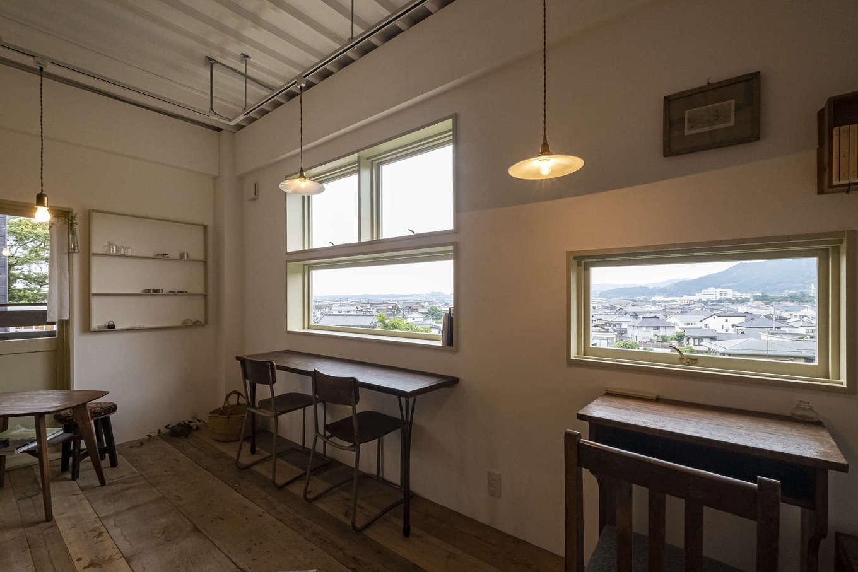 Hands Works(ハンズワークス)|席と席の間隔を考慮して、窓の位置を決めている。窓越しの美しい風景は、額縁で切り取った一枚の写真のように見える