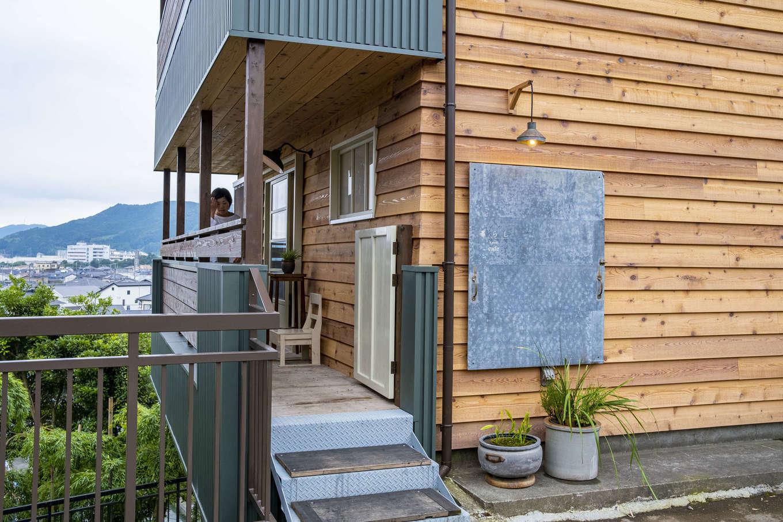 Hands Works(ハンズワークス)|もともとは鉄骨のアパートだった建物。外壁の一部、カフェ部分だけにレッドシダーを張って、メリハリをつけた。他の3室は住居に