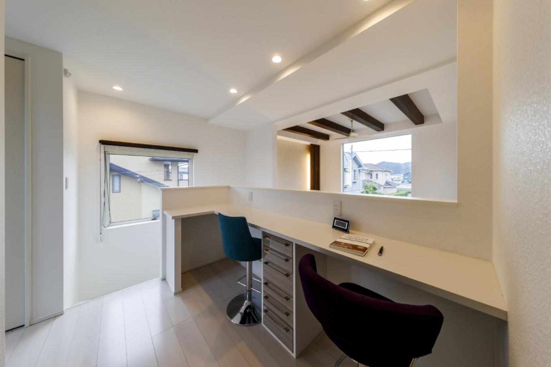 家全体が見渡せる2階ホールのワークペースは仕事に勉強にマルチに活躍。