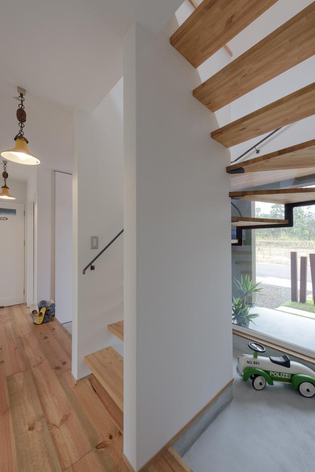 R+house 浜松中央(西遠建設)【デザイン住宅、建築家、インテリア】階段下にある土間スペースは、ショップのディスプレイコーナーのようにお気に入りのオブジェや小物を飾るギャラリー空間として利用