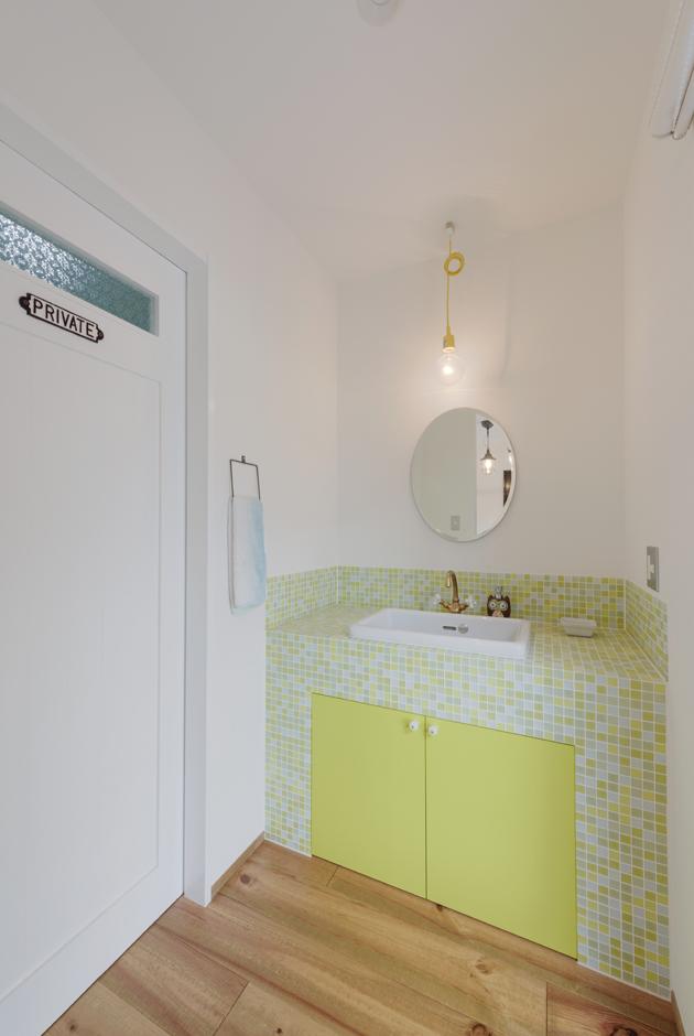 R+house 浜松中央(西遠建設)【デザイン住宅、建築家、インテリア】大胆なカラーを用いた洗面スペース。イエローの扉の回りにモザイクタイルをあしらってキュートにコーディネート