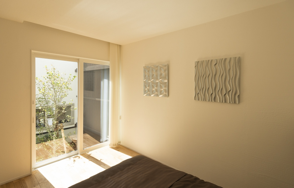 R+house 浜松中央(西遠建設)【デザイン住宅、インテリア、建築家】坪庭は寝室からも眺められるので、朝のさわやかな光を感じながら目覚めることができる