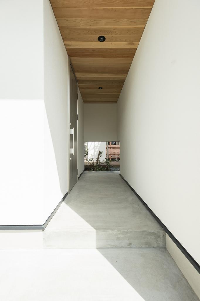 R+house 浜松中央(西遠建設)【デザイン住宅、インテリア、建築家】軒天井の板張りが美しい玄関アプローチ。向こう側へ通り抜けられる