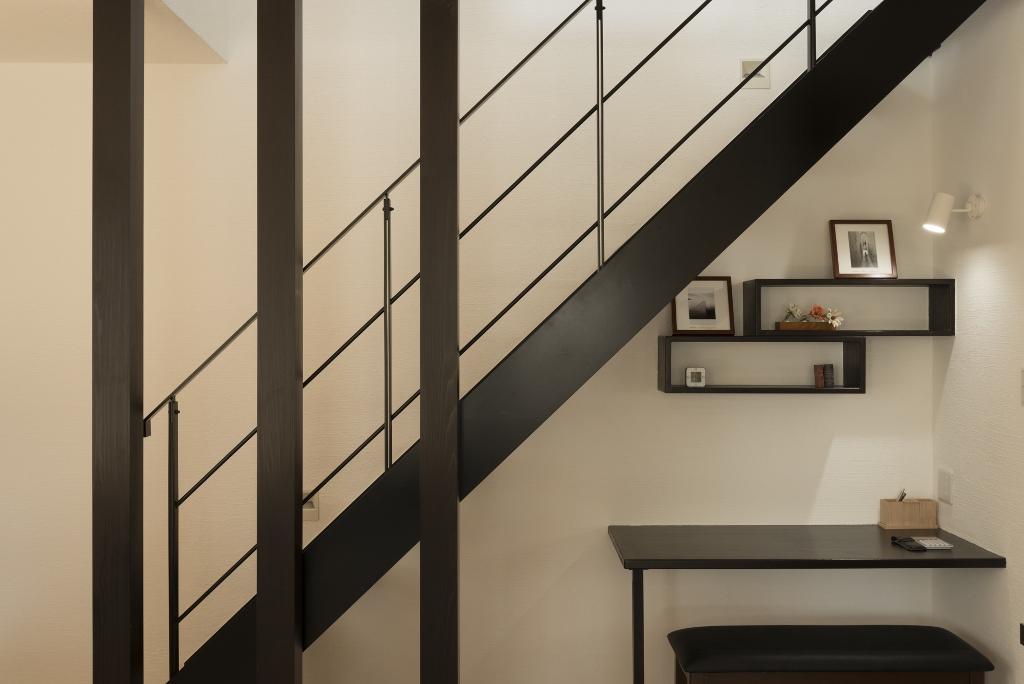 黒を基調にしたインテリアは、漆喰の白い壁、無垢の床に囲まれた部屋をほどよく引き締める
