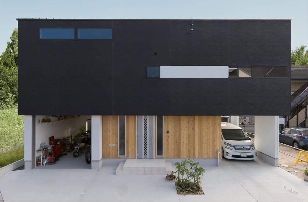 R+house 浜松中央(西遠建設)【趣味、ガレージ、建築家】K邸のキーワードは「抜ける」と「透ける」。その仕掛けのひとつが窓だった。2階のハイサイドの窓を開けると、1階から風が通り抜けていくそう