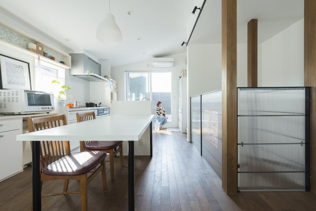 R+house 浜松中央(西遠建設)【趣味、ガレージ、建築家】キッチンやダイニングの窓からは、山の稜線から昇ってくる朝日が差し込む