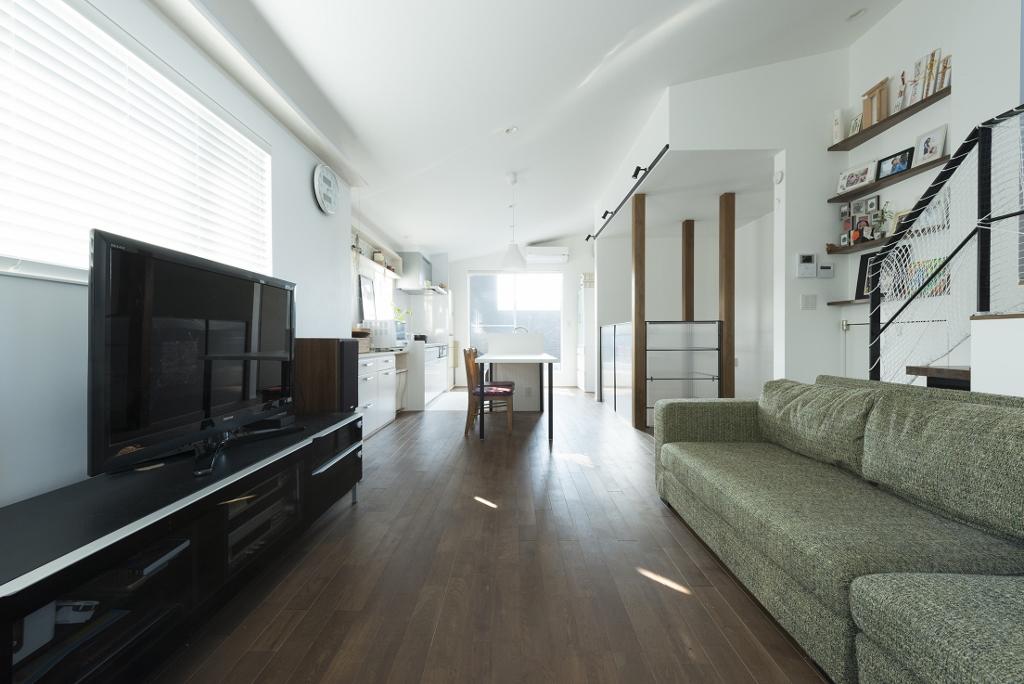 R+house 浜松中央(西遠建設)【趣味、ガレージ、建築家】向かって右側、子ども部屋への階段を腰壁ではなくアイアンの手すりにしたのは「透ける」仕掛けのひとつ
