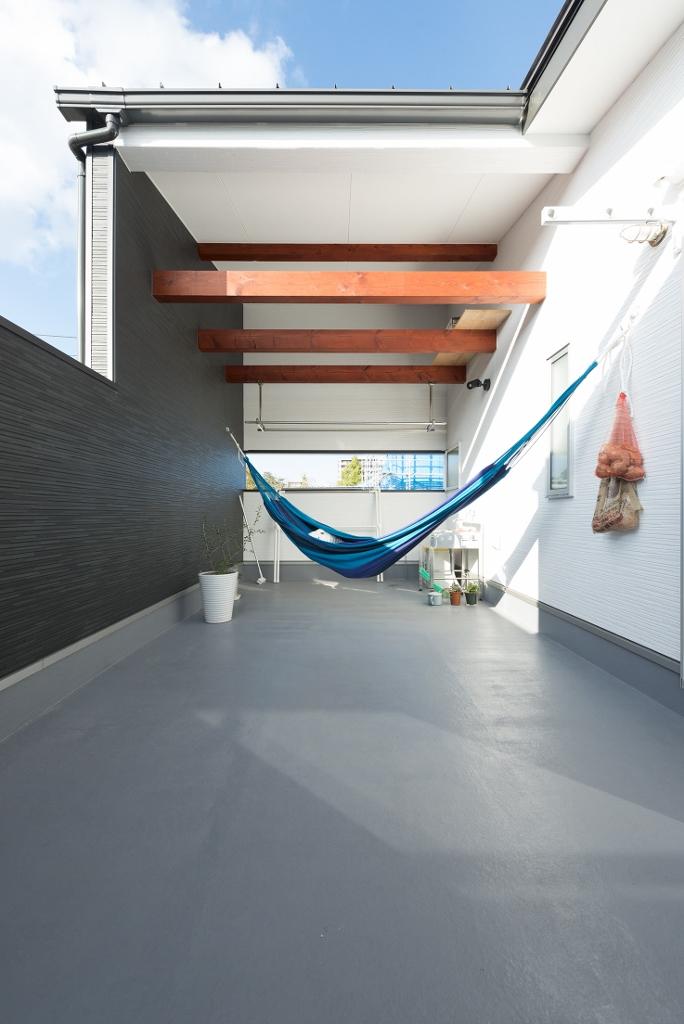R+house 浜松中央(西遠建設)【趣味、ガレージ、建築家】キッチン横から出入りできる広いテラス