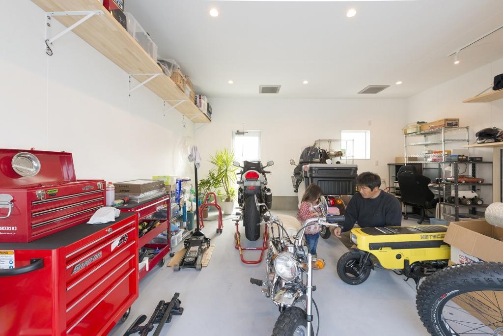 R+house 浜松中央(西遠建設)【趣味、ガレージ、建築家】広々とした贅沢なガレージはまさにバイク好きの夢