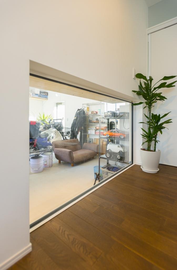 R+house 浜松中央(西遠建設)【趣味、ガレージ、建築家】ガレージをのぞける大きな窓の効果で、趣味のスペースも日常に溶け込む