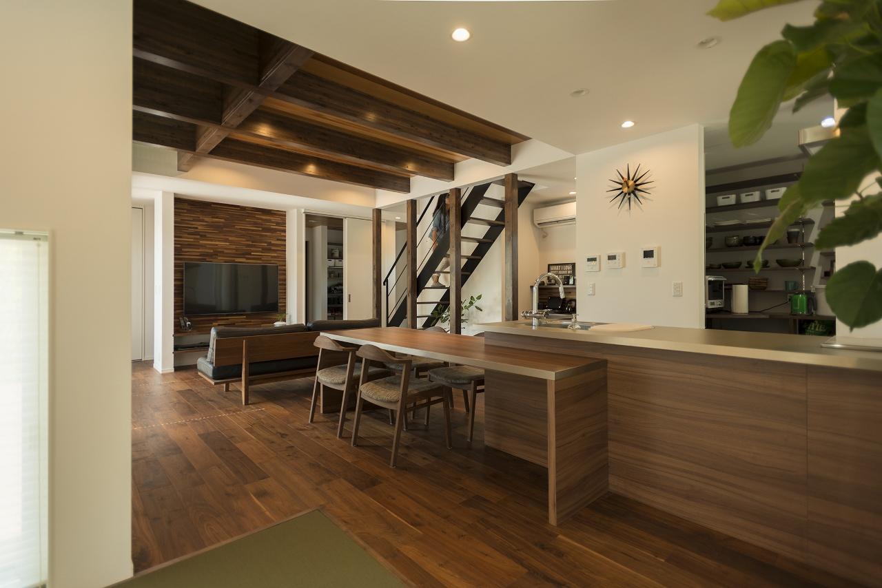 R+house 浜松中央(西遠建設)【デザイン住宅、趣味、建築家】内部は、落ち着いた色彩のリビングでも明るく感じられるよう、2階床に光が入るグレーチングを採用した