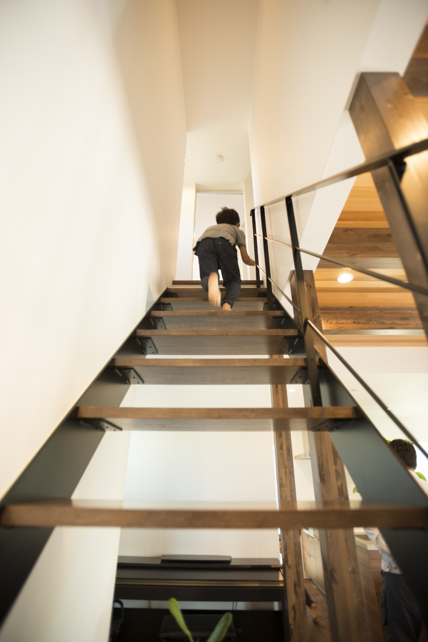 R+house 浜松中央(西遠建設)【デザイン住宅、趣味、建築家】リビング階段はスケルトンにすることで光と風を遮らず、視線が抜けることで開放感を演出する