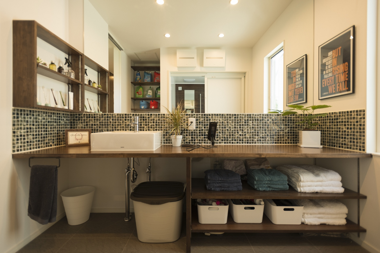 R+house 浜松中央(西遠建設)【デザイン住宅、趣味、建築家】落ち着いたタイルの広々とした洗面。忙しい朝に家族が集まっても問題なし