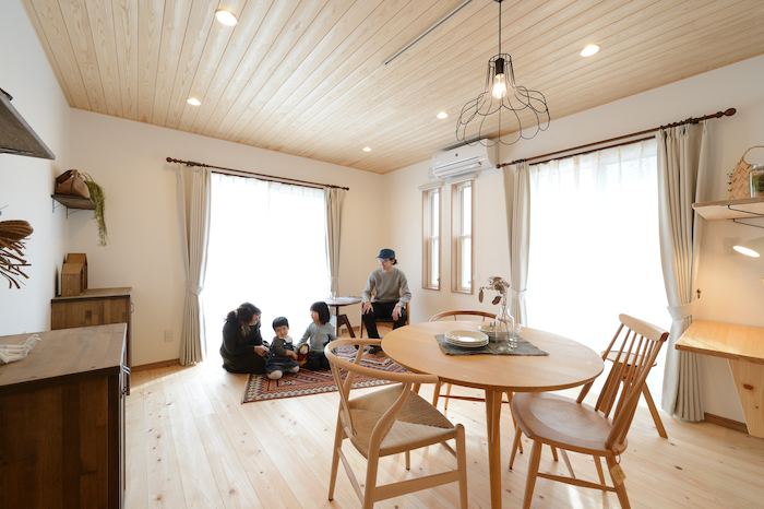 片川工務店【収納力、自然素材、インテリア】窓からたっぷりの光が差し込み、明るい印象のリビング。家族みんなでリビングにいる時間が増えそう♪