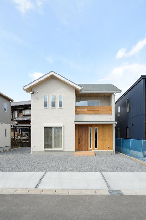 片川工務店【収納力、自然素材、インテリア】三角屋根が印象的なかわいらしい外観。白×木の配色でやさしい印象に