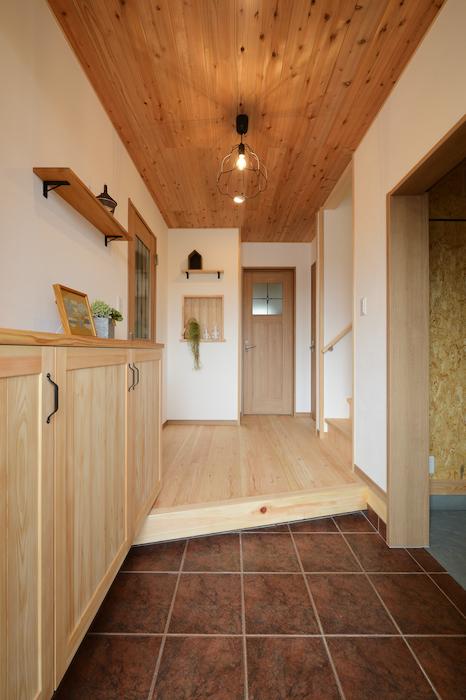 片川工務店【収納力、自然素材、インテリア】玄関に入ったとたん、木の香りに包まれる。お気に入りのインテリアを飾れるニッチもポイント