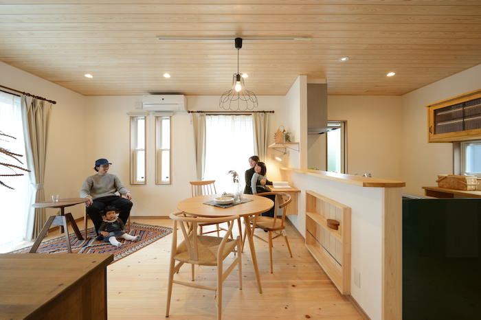 片川工務店【収納力、自然素材、インテリア】室内は素肌が触れる場所だからこそ、本物の木を使ったフローリングと自然素材の塗り壁を採用