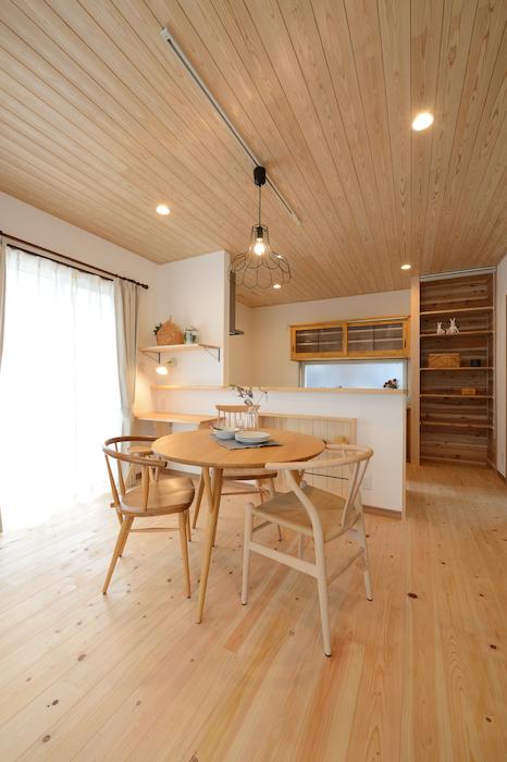 片川工務店【収納力、自然素材、インテリア】キッチン前の棚や、カウンターなどは手作りで。ちょっとしたスペースが毎日の生活を便利に快適にしてくれる