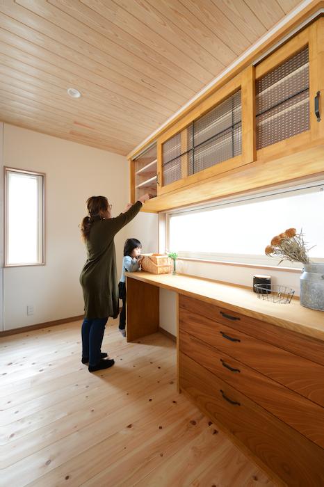 片川工務店【収納力、自然素材、インテリア】アンティークガラスにアイアンがかわいらしい食器棚。奥さまの身長に合わせたオリジナル。毎日キッチンに立つのが楽しくなりそう