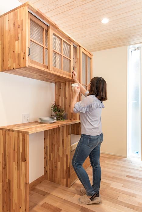 片川工務店【自然素材、間取り、ペット】小柄な奥さまも使いやすい、身長に合わせたキッチン収納。アンティークガラスは奥さまセレクト
