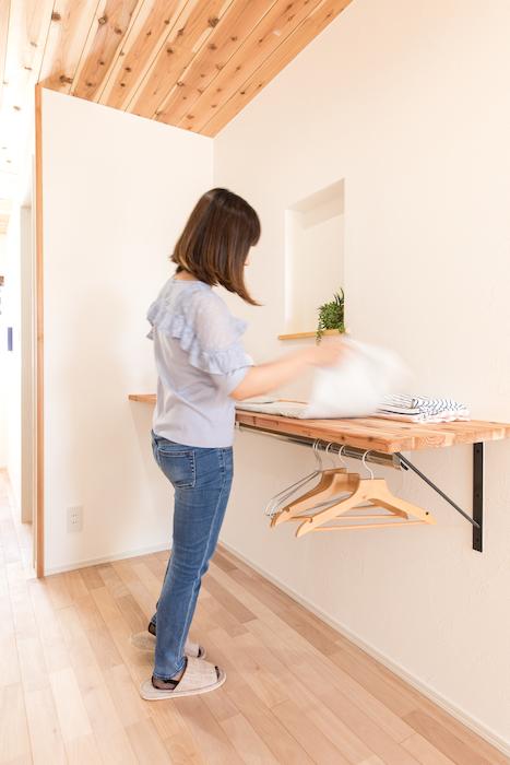 片川工務店【自然素材、間取り、ペット】2階のホールには洗濯物を畳めるカウンターを設置。カウンターの下にパイプを通し、ハンガーをかけられるようにしたのは、奥さまからのアイデア