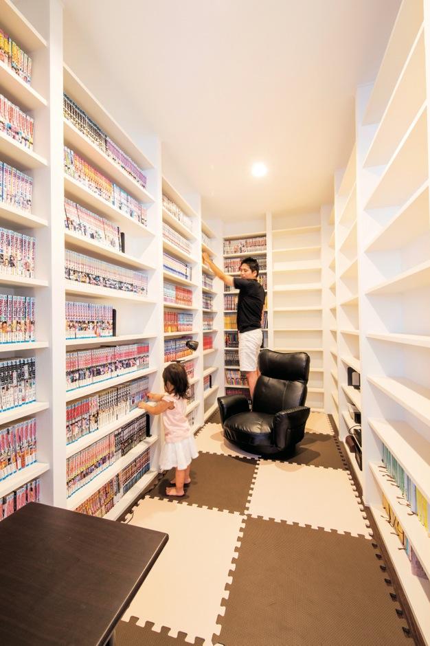 2階寝室に隣接する書斎は、ご主人の趣味スペース。蔵書がズラリ!