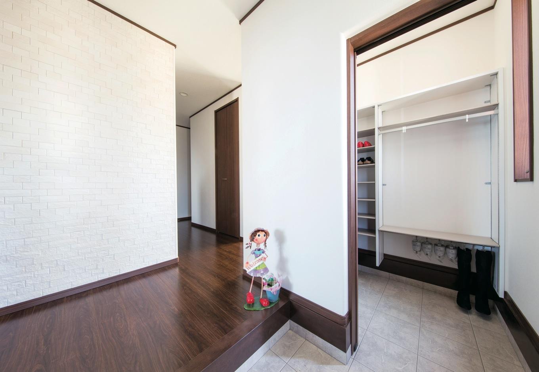 1階の玄関ホールに、壁一面のエコカラットを使用