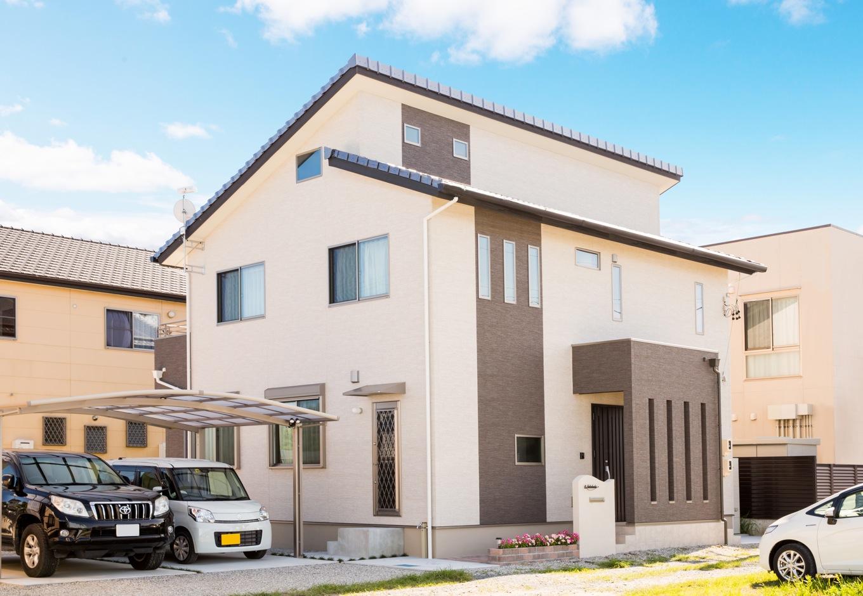 背が高く、シンプルモダンな外観が遠くからも目を引くT邸。3階部分に、室内階段で繋がる小屋裏収納を備える