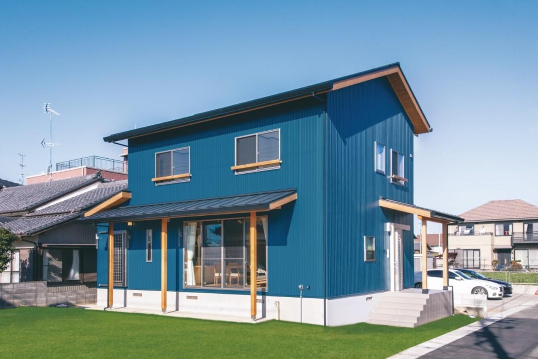 ブルーの外壁がオシャレで個性的な外観。「住まいる」の家は基礎が高くて頑丈なので地震や水害に強いのが特徴。