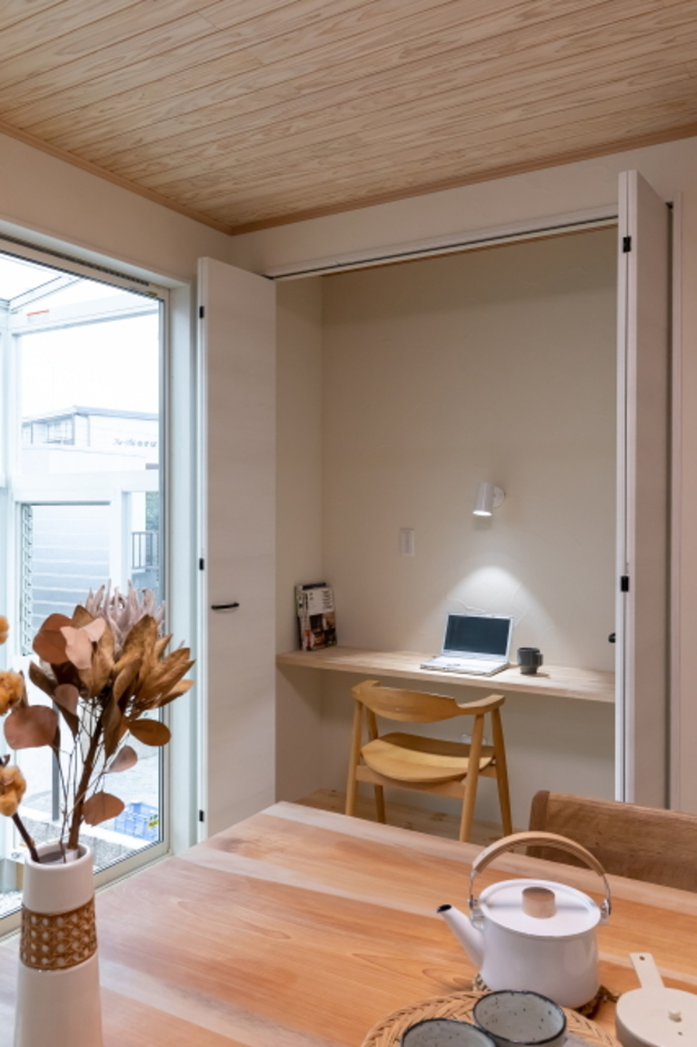 ダイニングの壁面に、奥様が家事やパソコンなどをするときに使う家事カウンターを設置。使わないときはドアを閉めて、すっきりとした空間をキープできる。