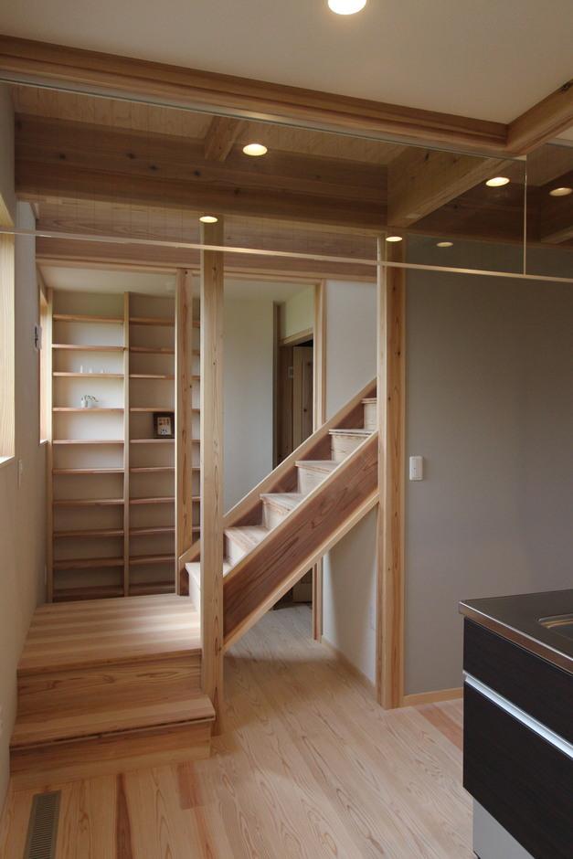 階段下の扉の先には小さなお部屋が。