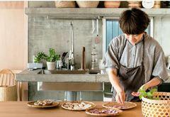 〝菌〟が育つ自宅兼アトリエで︑発酵食の魅力を伝える