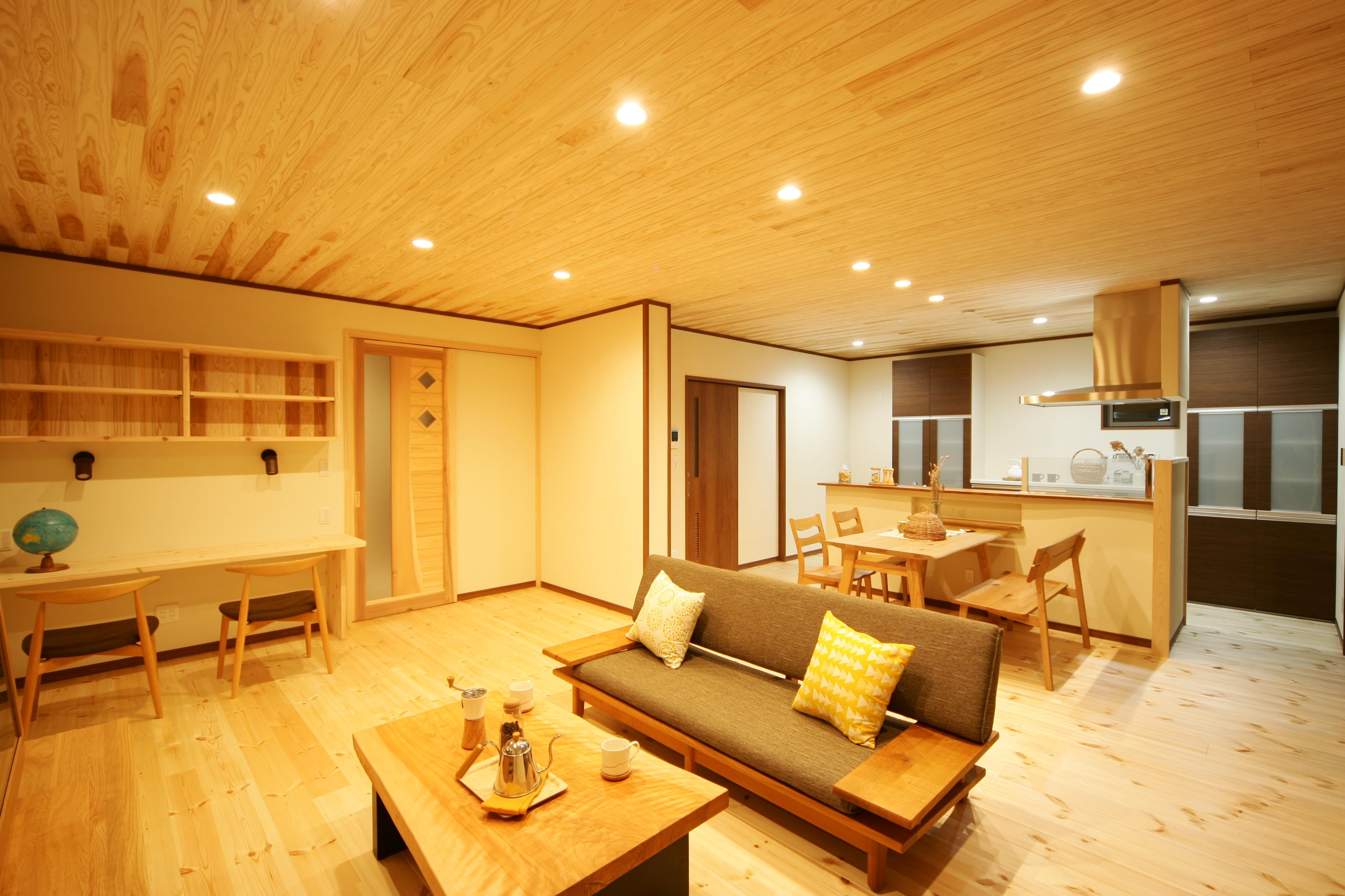 住まいるコーポレーション【子育て、自然素材、間取り】1階のLDKは、床がパインの板張り、天井が杉の板張り、そして壁には珪藻土を使用。珪藻土は温度や湿度を調整する作用があり、消臭効果もあるので、年中快適な空間を保つことができる
