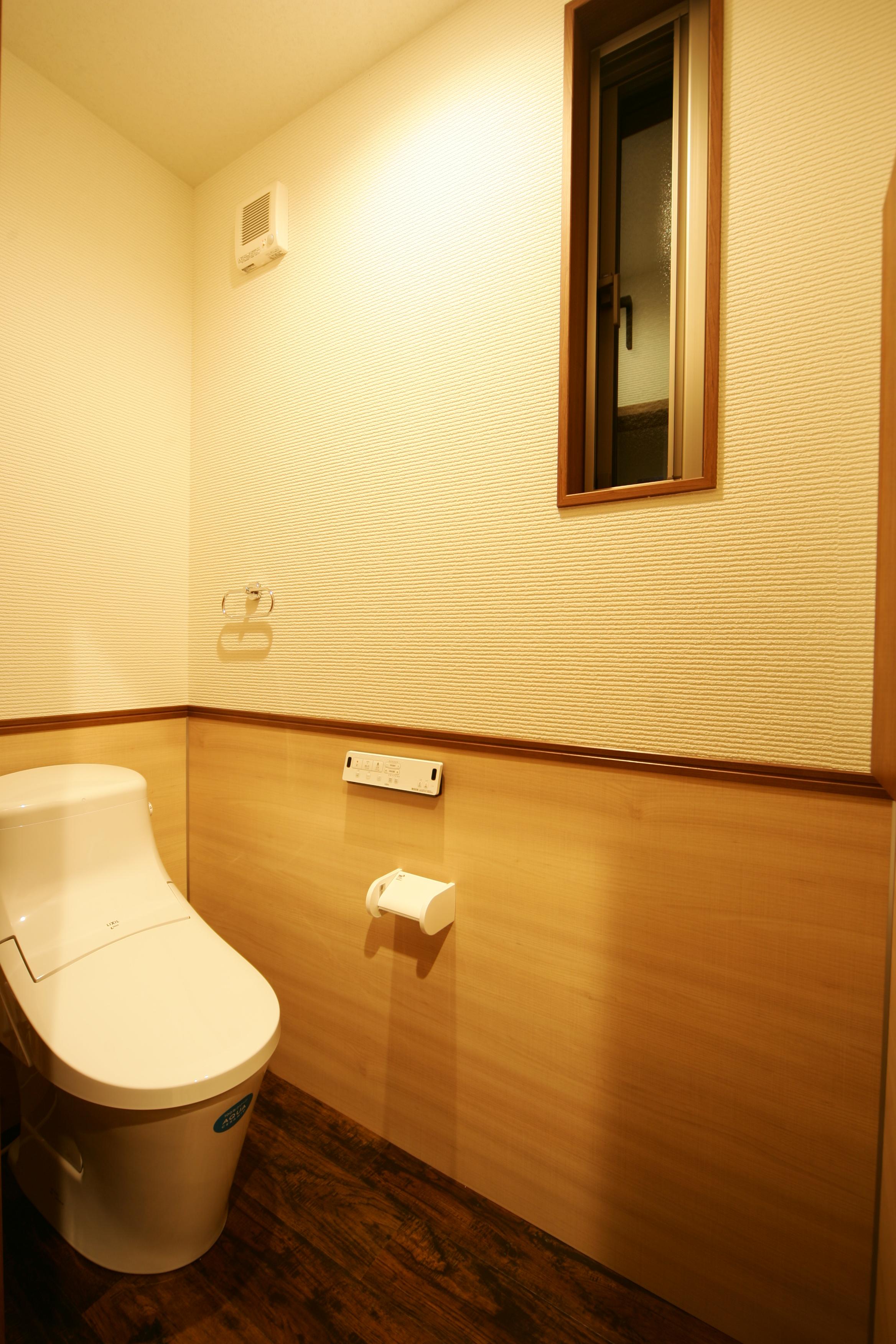 住まいるコーポレーション【子育て、自然素材、間取り】2階のトイレ。壁の下部のクロスは、拭けば汚れがすぐとれるクロスを使用。メンテナンスが簡単なので、常に美しさと清潔さをキープできる