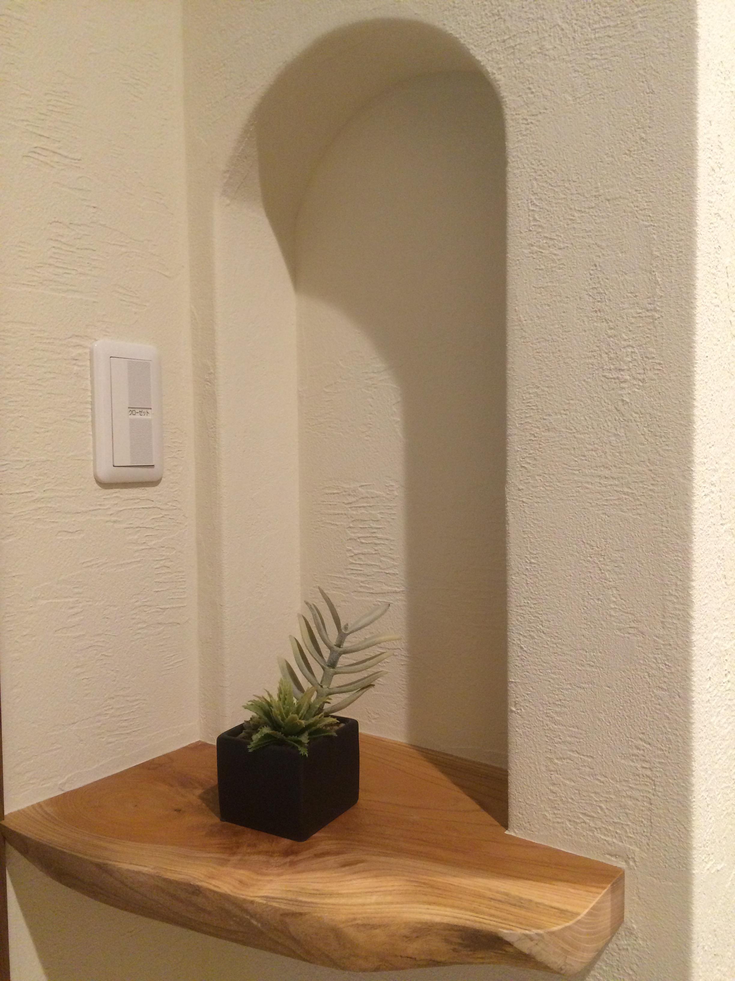 住まいるコーポレーション【子育て、自然素材、間取り】玄関正面の壁には、ケヤキのカウンター付きのニッチを設けて季節の小物や生花を飾り、ゲストを迎え入れる空間を華やかに演出