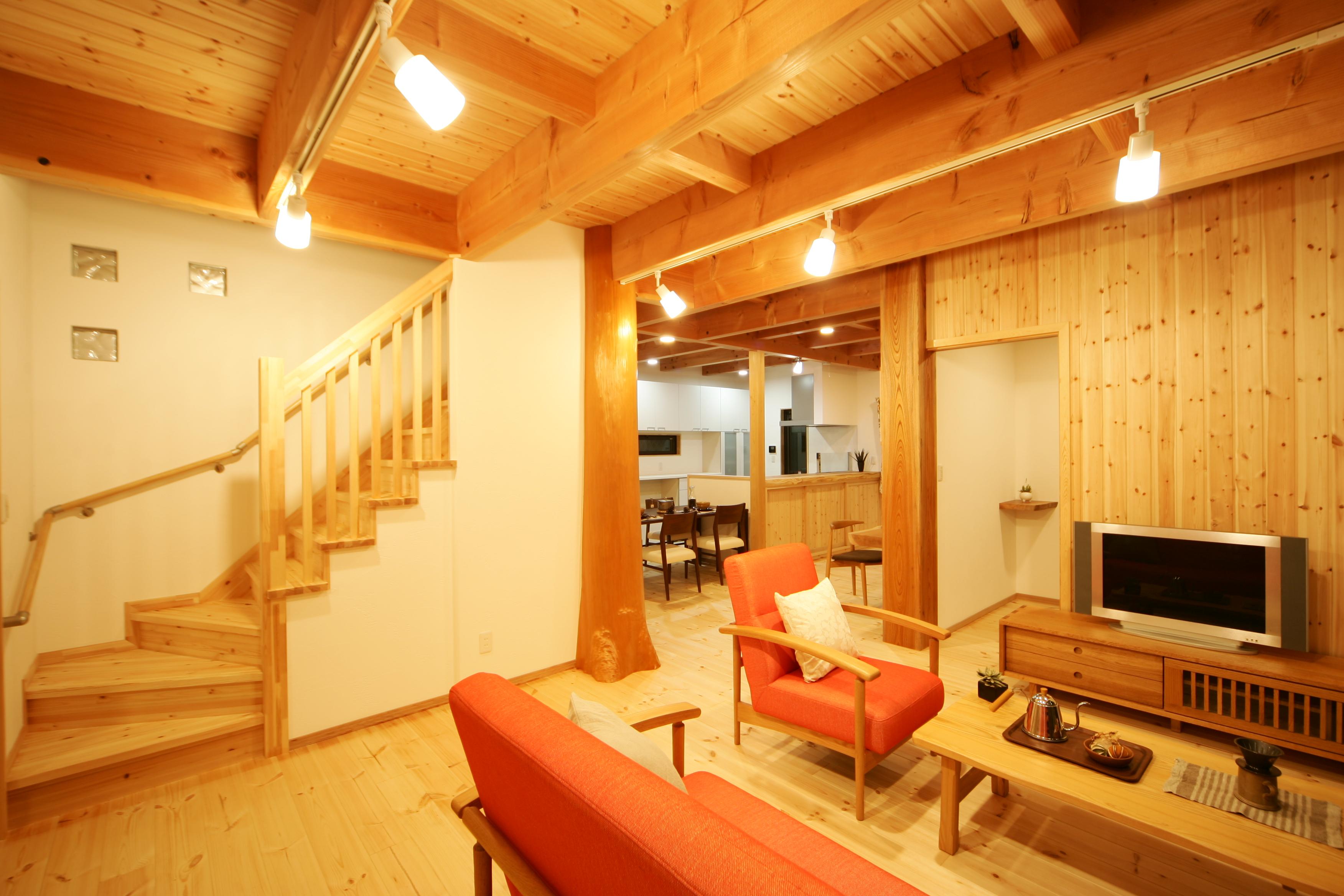住まいるコーポレーション【子育て、収納力、自然素材】パインの床と天井、珪藻土の壁がおりなすLDKは、自然素材の心地よさに癒されるやさしい空間。天然木と珪藻土の調湿効果や防臭効果により、家の中の空気はいつもクリーン