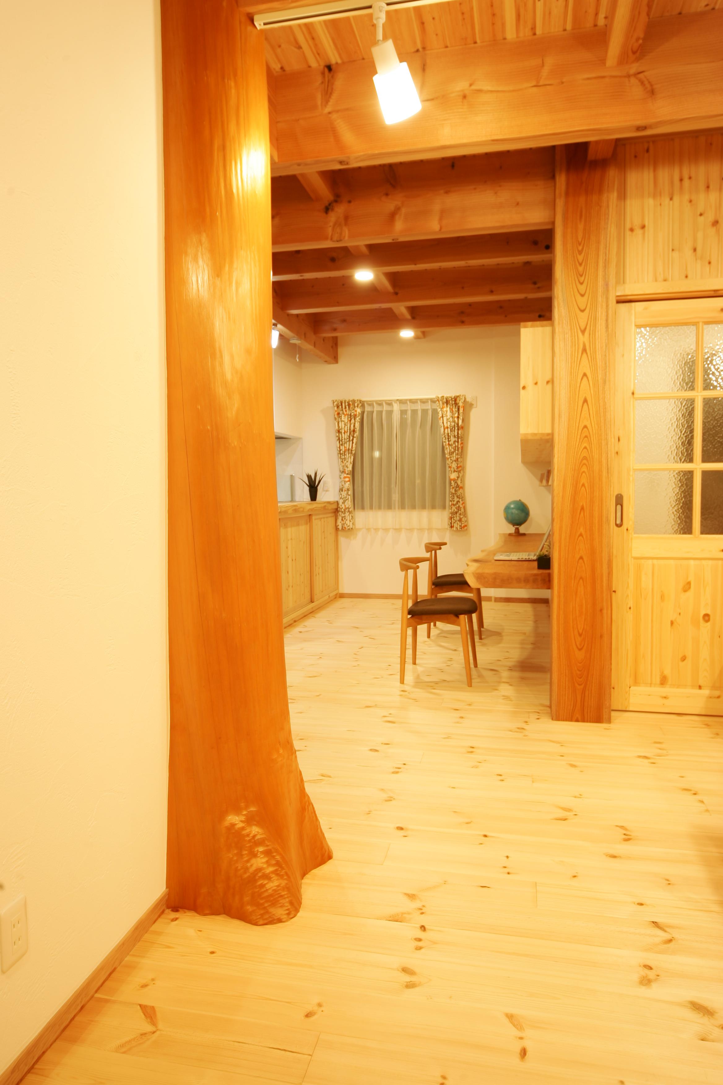 住まいるコーポレーション【子育て、収納力、自然素材】大黒柱やスタディカウンターには高級なケヤキ、恵比須柱には杉の丸太柱と、上質な木をふんだんに使用。家の中の雰囲気もワンランクアップ